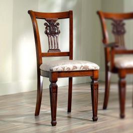 Sedia classica in legno con schienale intagliato