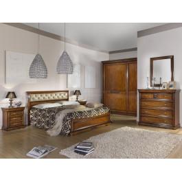 Camera con armadio in legno e letto ecopelle