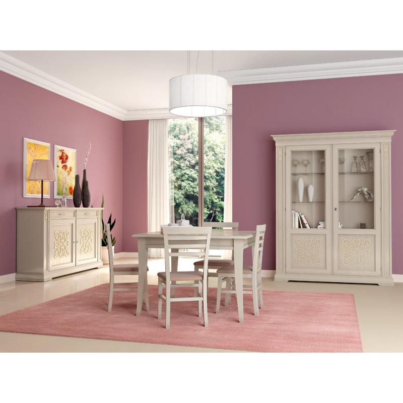 Sala da pranzo classica con tavolo quadrato
