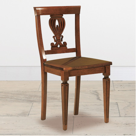Sedia con gambe incise e sedile in legno